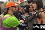 瑞士美女自己搞摸胸活动,站马路边随意让人摸30秒,只图表达女性政治权利