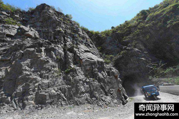 800村民手凿! 奇险的山西虹梯关挂壁公路惊艳老外
