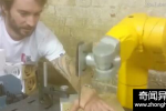触目惊心! 外国男子用机械臂上演切手指