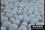 俄罗斯村庄突降神秘雪球 引得不少村民前去拍照