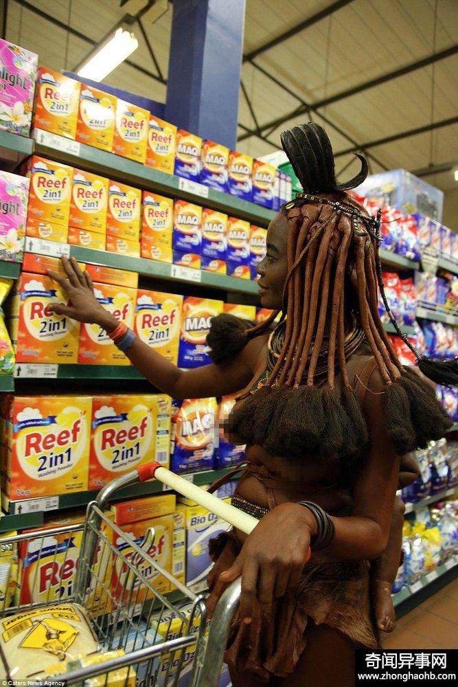 非洲原始部落女子逛超市 惊呆了路人